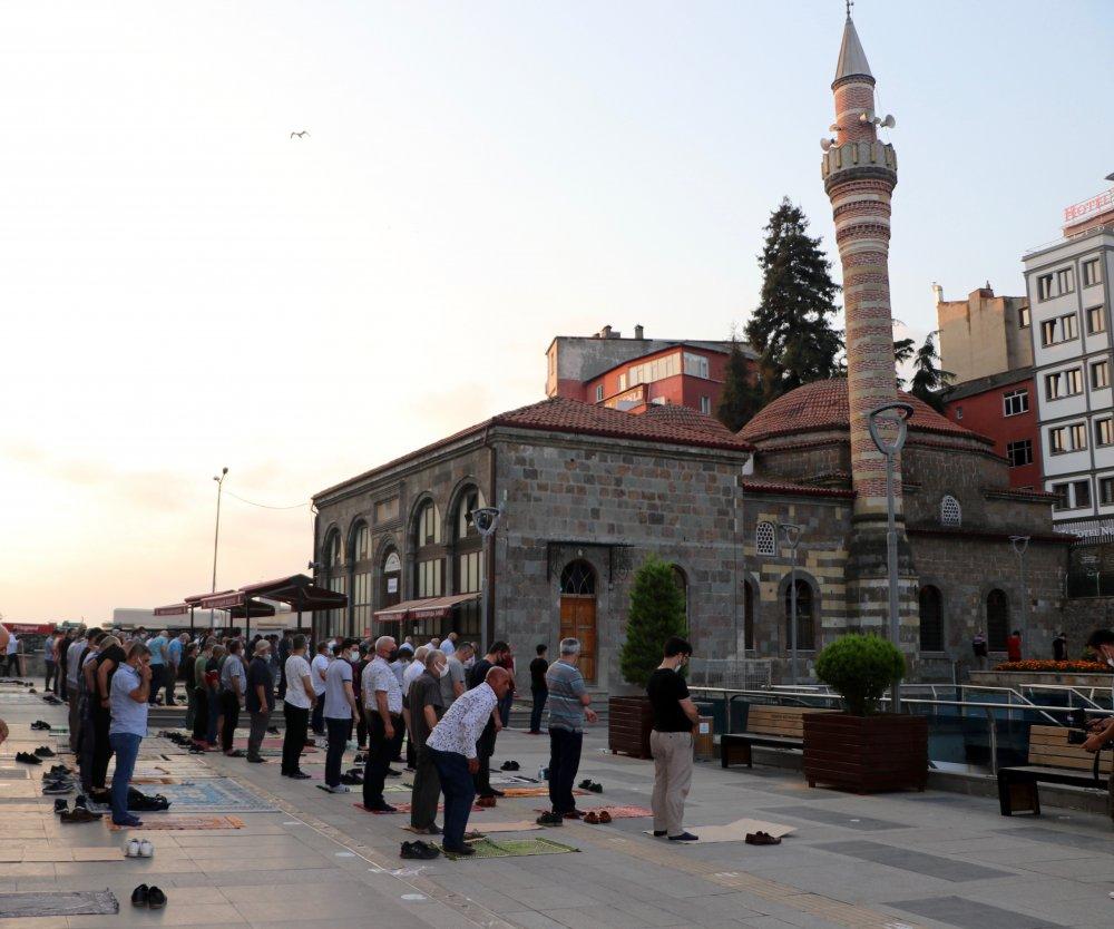 Trabzon'da bayram namazla başladı