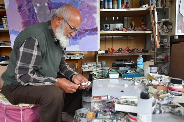 Trabzon'da emekli öğretmen apartmanı resim galerisine dönüştürdü