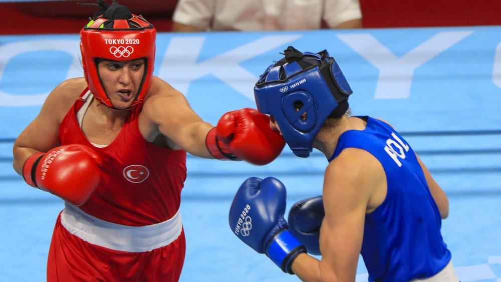 Busenaz Sürmeneli ilk maçında tarih yazdı! Rakibine ringi dar etti