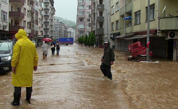 Beklenen yağışlar geldi Arhavi'de sokaklar göle döndü
