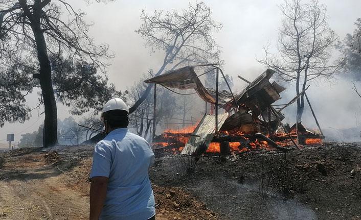 Manavgat'ta hızla büyüyen yangın yerleşim alanlarına ulaştı
