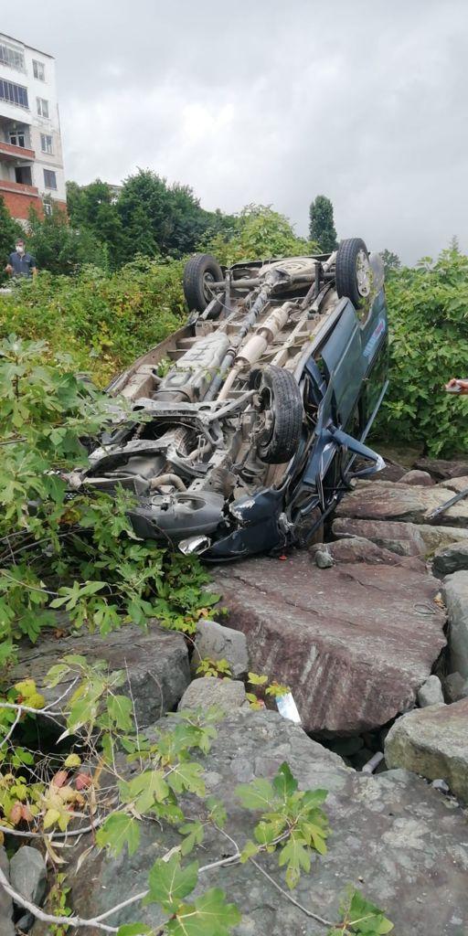 Rize'de araç denizdeki kayaların üzerine uçtu! 1'i çocuk 5 yaralı