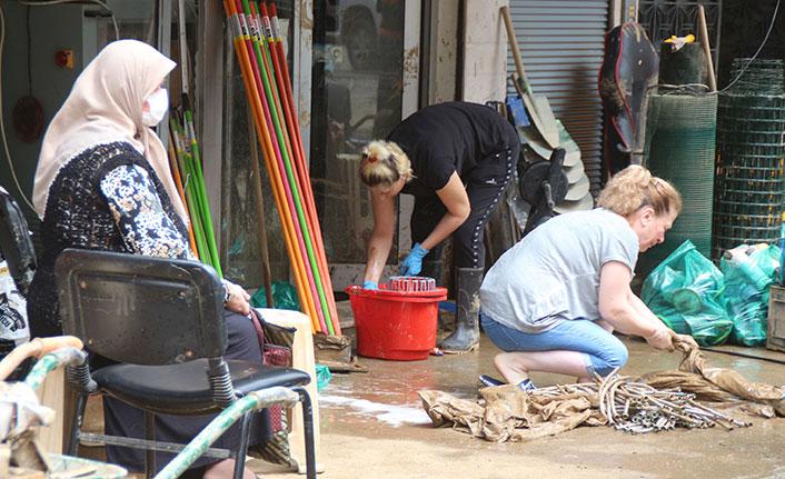 Sel temizliğine katılan komandolar alkışlarla uğurlandı