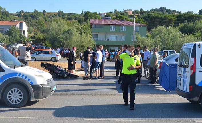 Otomobilin çarptığı motosikletli hayatını kaybetti