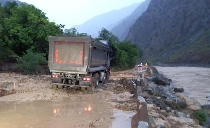 Artvin'de sağanak yağış sonrası dereler taştı, yollar çamurla kaplandı