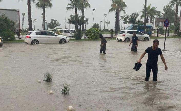 Karadeniz Sahil Yolu ulaşıma kapandı, iş yerlerini su bastı