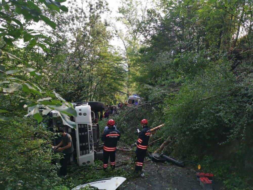 Trabzon'da çöp kamyonu devrildi: 3 yaralı