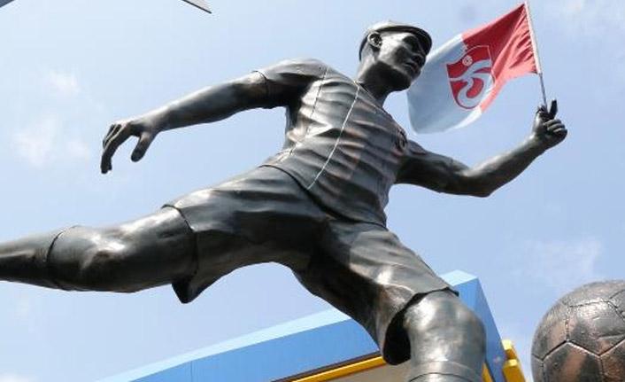 Trabzonspor'un yıldızı Nwakaeme'nin heykeli dikildi