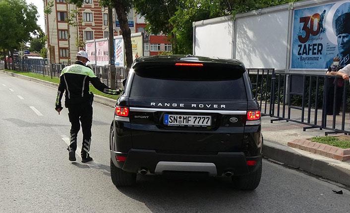 Trafiğe kapalı alanda manevra yapan yabancı plakalı cip motosikletliye çarptı