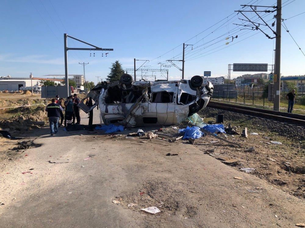 Yük treni minibüsle çarpıştı! Ölüler ve yaralılar var