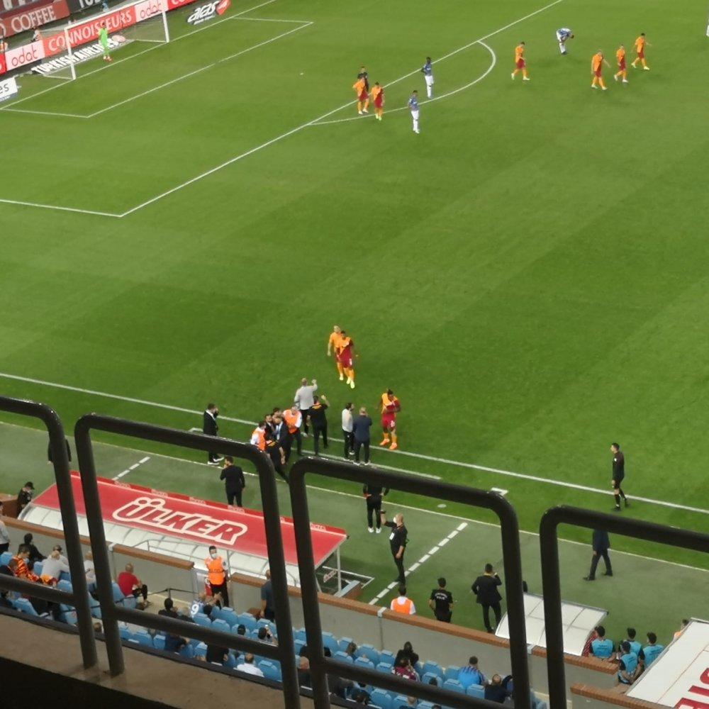 Trabzonspor Galatasaray maçında şok olay! Taraftar sahaya girdi