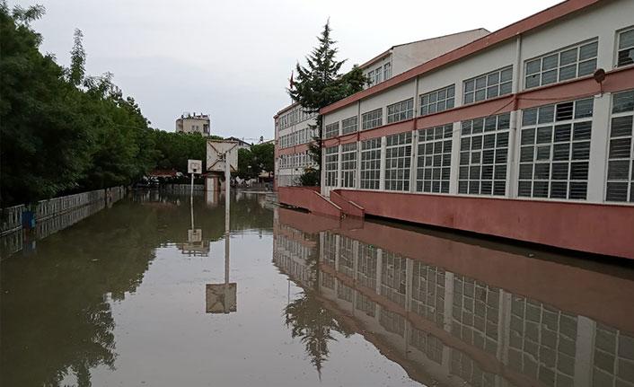 Karadeniz ilinde sağanak çilesi! 2 okulu su bastı