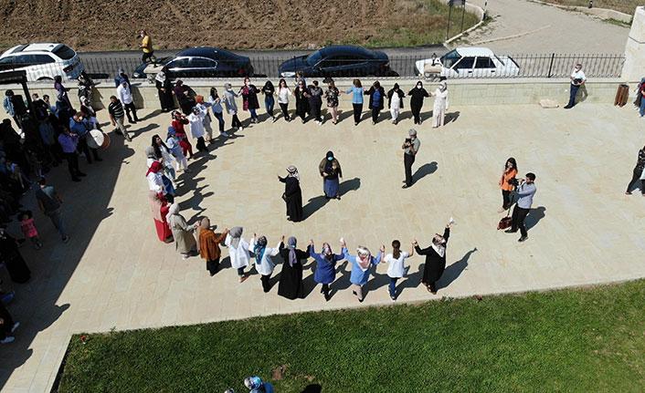 Kadınlardan müze bahçesinde 'Sallama Barı'