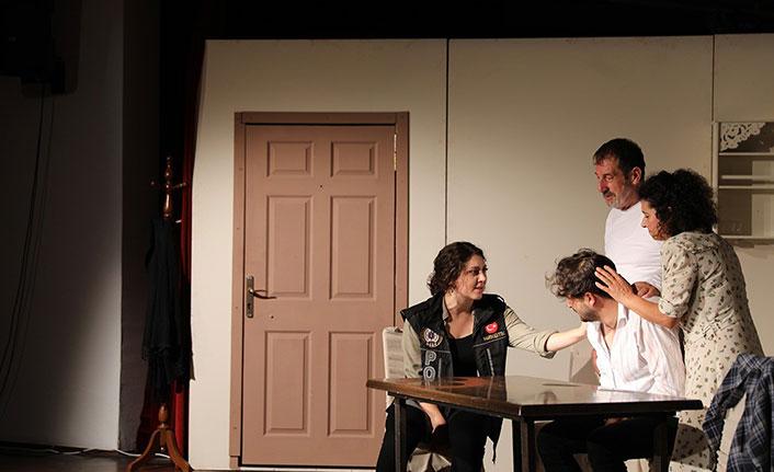 """""""En iyi narkotik polisi annedir"""" oyunu sahnelendi"""