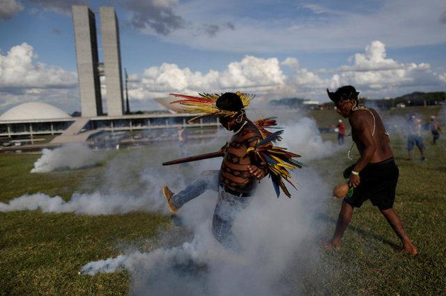 Amazon yerlileri polislere ok attı 8
