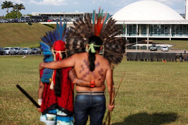 Amazon yerlileri polislere ok attı 10