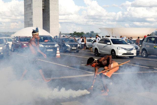 Amazon yerlileri polislere ok attı 9