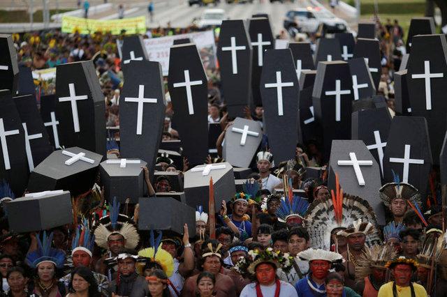 Amazon yerlileri polislere ok attı 7