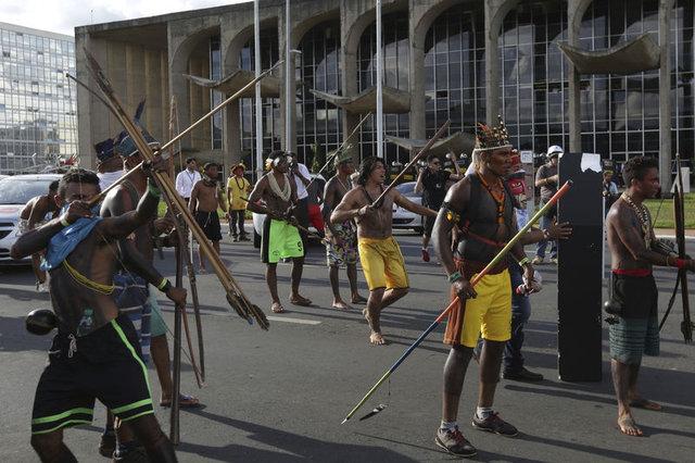 Amazon yerlileri polislere ok attı 2