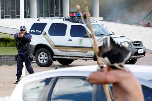 Amazon yerlileri polislere ok attı 1