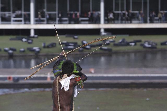 Amazon yerlileri polislere ok attı 4