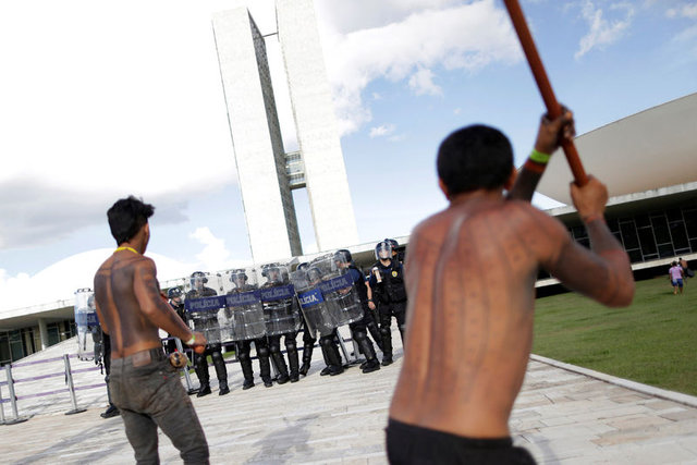 Amazon yerlileri polislere ok attı 11