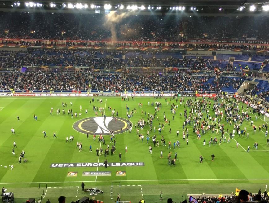 Lyon maçı karıştı! Taraftar sahaya indi