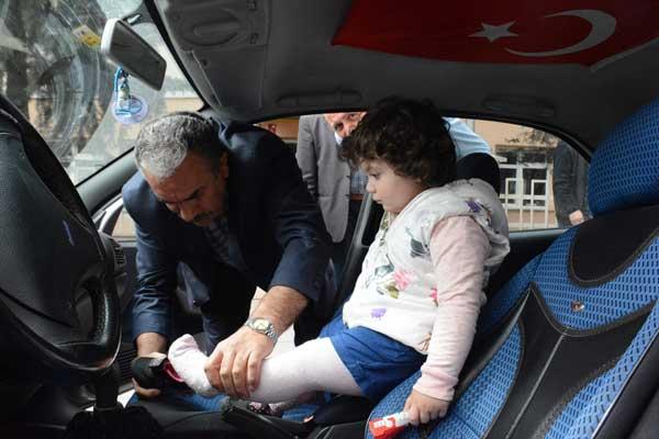 Otomobilde kilitli kalan çocuk için seferber oldular