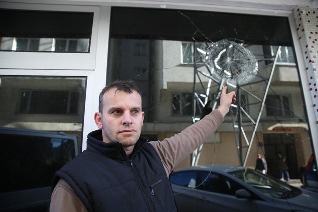Rize'de iki bina arasında bulunan elektrik direği korkutuyor