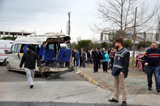 Yük treni öğrenci servisine çarptı: 5 yaralı