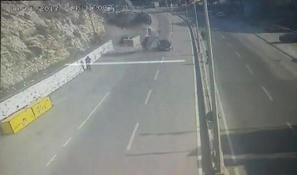 Seyir halindeki aracın üzerine otomobil düştü