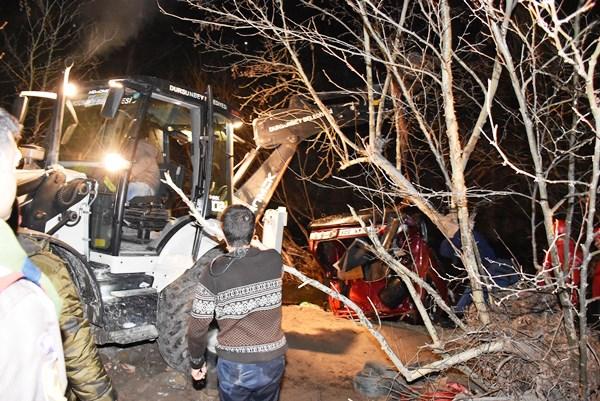 Otomobil dereye uçtu: 2 ölü, 1 yaralı, 1 kayıp