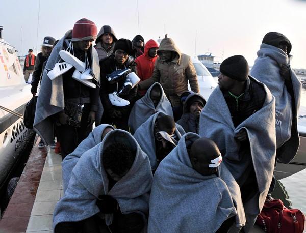Çanakkale'nin Ayvacık ilçesinden Yunanistan'ın Midilli Adası'na gitmek için lastik bot ile denize açılan ve botları su alan 35 kaçak göçmen, Sahil Güvenlik ekipleri tarafından kurtarıldı.  Edinilen bilgilere göre, Ayvacık'ın Biber Deresi mevkiinden motorlu lastik bot ile Yunanistan'ın Midilli Adası'na gitmek için yola çıkan Suriye, Mali, Uganda, Kongo, Afganistan ve Eritre uyruklu 35 kaçak göçmenin botu 1 mil açıldıklarında su almaya başladı. Bölgede devriye görevi yapan TCSG 28 Bot Komutanlığı ekipleri, ihbar üzerine olay yerine gitti. Ekipler, mültecileri bota alıp Küçükkuyudaki Sahil Güvenlik Karakoluna getirdi. Islanan mültecilere battaniye, eşofman, su ve yiyecek dağıtıldı. Kaçak göçmenler işlemlerinin ardından Ayvacık'taki Göçmen Geri Gönderme Merkezine götürüldü.