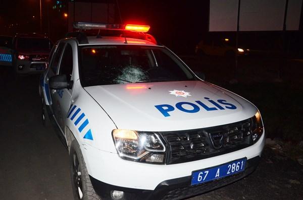 Kimlik soran polisin arabasını taşladı