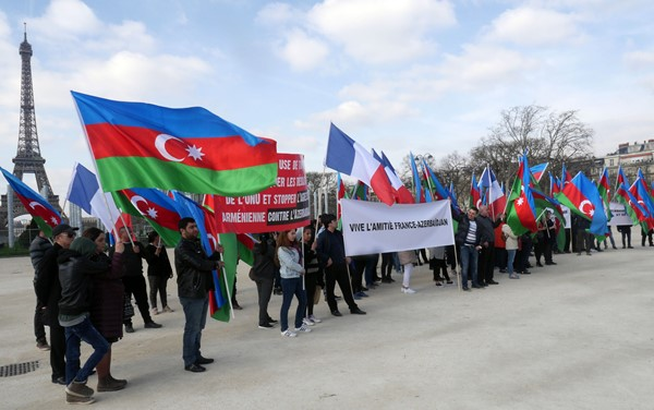 Azerbaycan vatandaşlarından Paris'te protesto