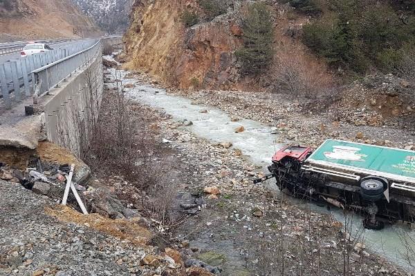 Trabzon'a gelen kamyon dereye uçtu: 2 yaralı