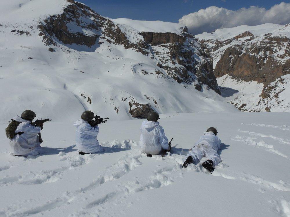 PKK sığınak ve barınakları patladı! Yoğun karda operasyon
