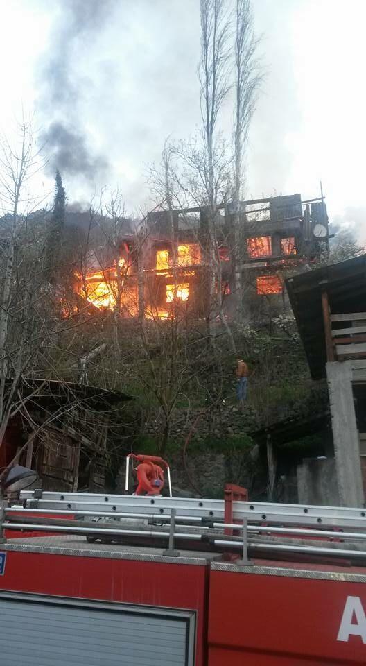 Yangın 3 katlı evi küle çevirdi