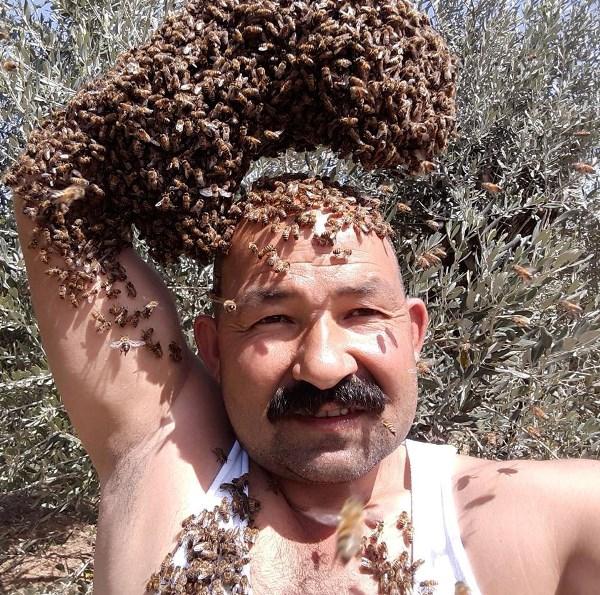 Arıları başının tacı yaptı!