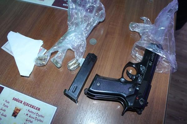 Polis uyuşturucu kullanıyor sandı, romantik aşık çıktı!