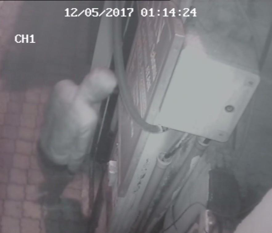 Acemi hırsız kameradan kaçarken kameraya yakalandı