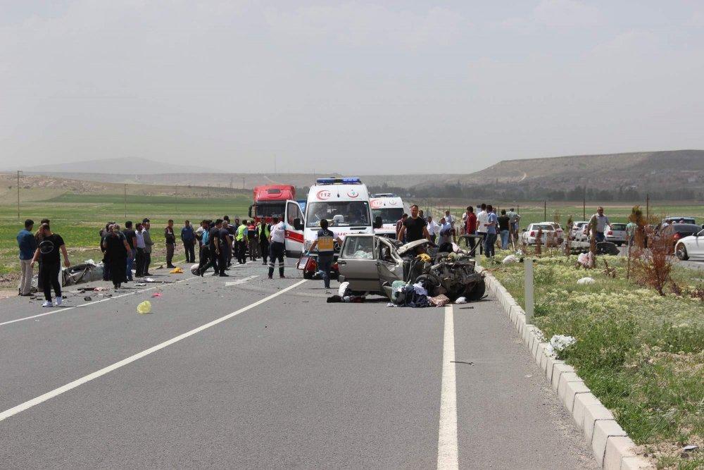 Karşı şeride geçti otomobille çarpıştı: 3 ölü!
