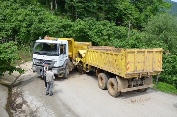 Ordu'da iki kamyonlar birbirine girdi