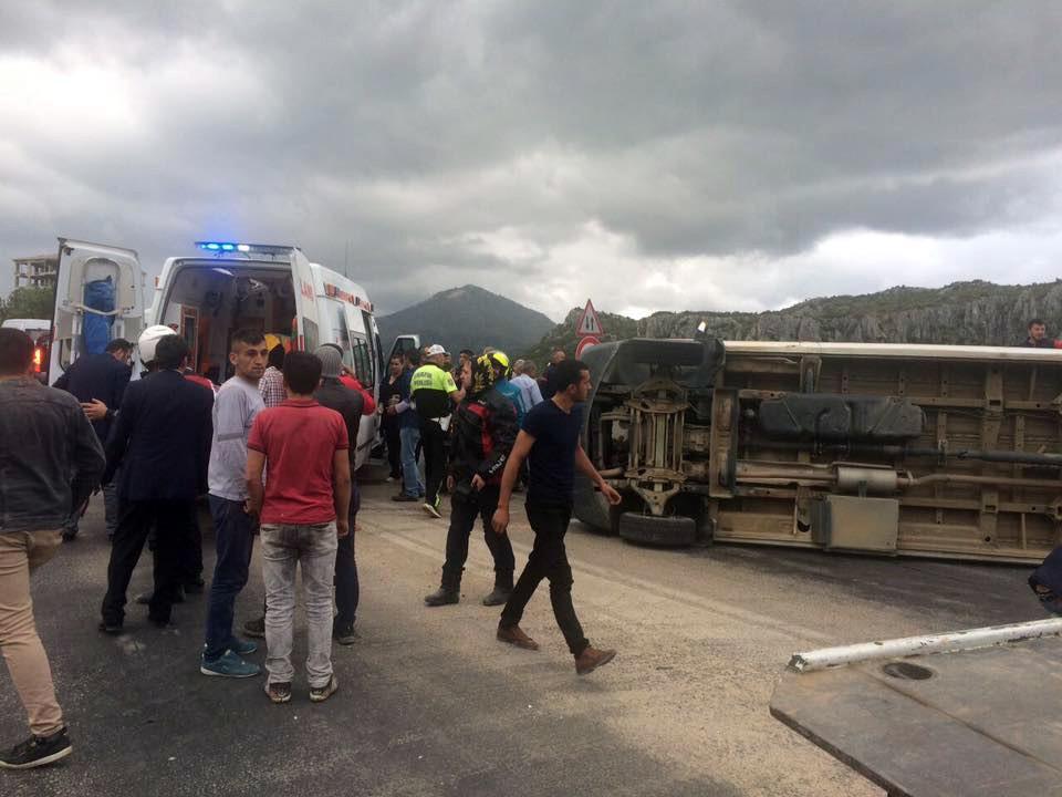 Yolcu minibüsü ile kamyon çarpıştı: 18 yaralı