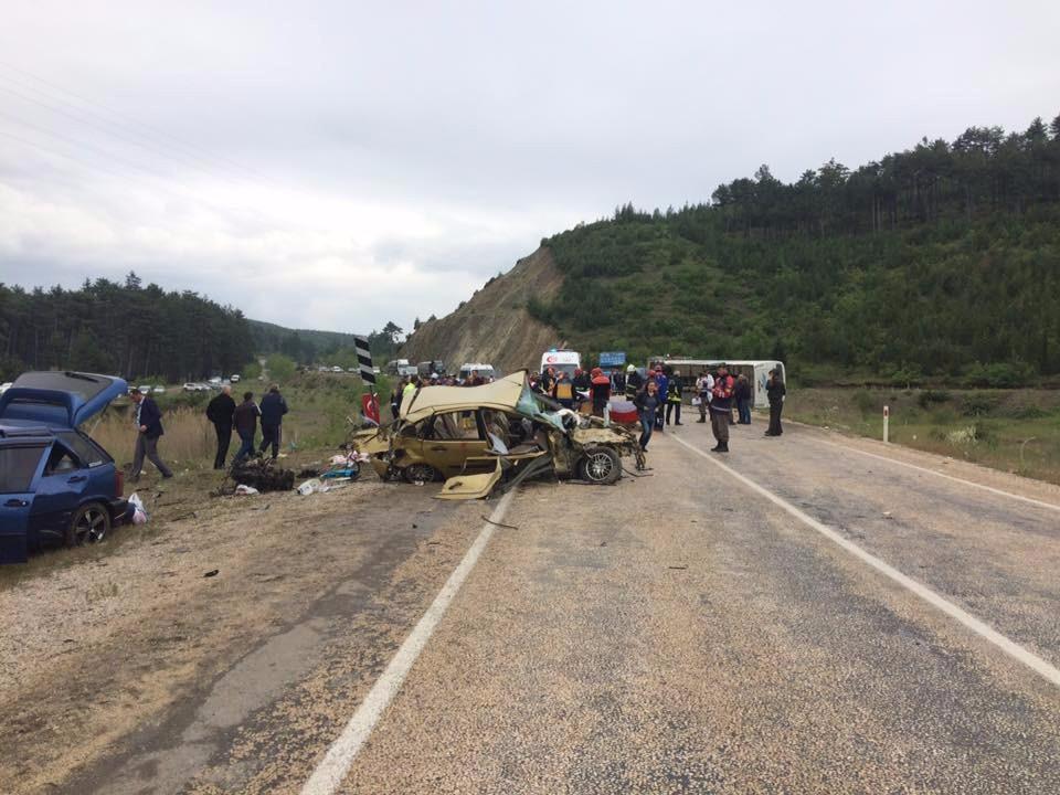 Yolcu midibüsü ile otomobil çarpıştı: 3 ölü