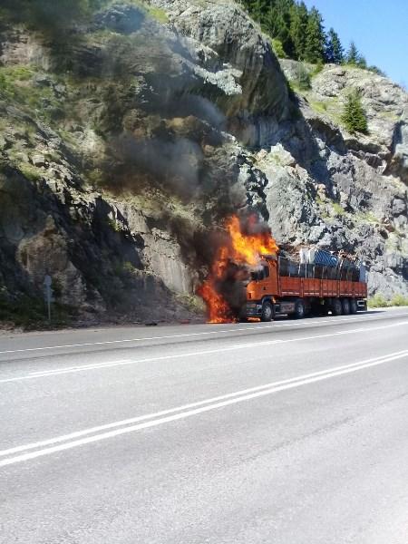 Trabzon yolunda hurda yüklü tır yandı