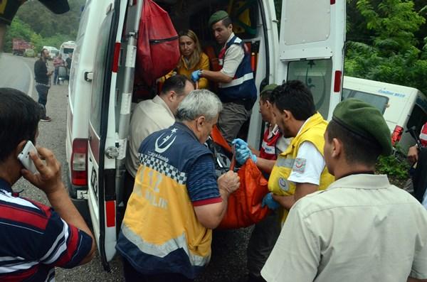 Feci minibüs kazası: Kadının kafası koptu! 11 yaralı