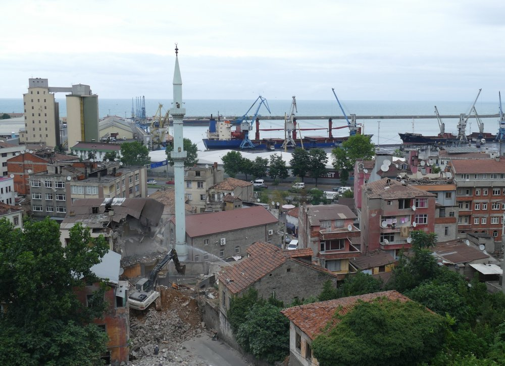 Çömlekçi'de binalar teker teker yıkılıyor