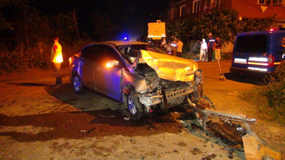 Otomobille kamyonet çarpıştı: 9 yaralı