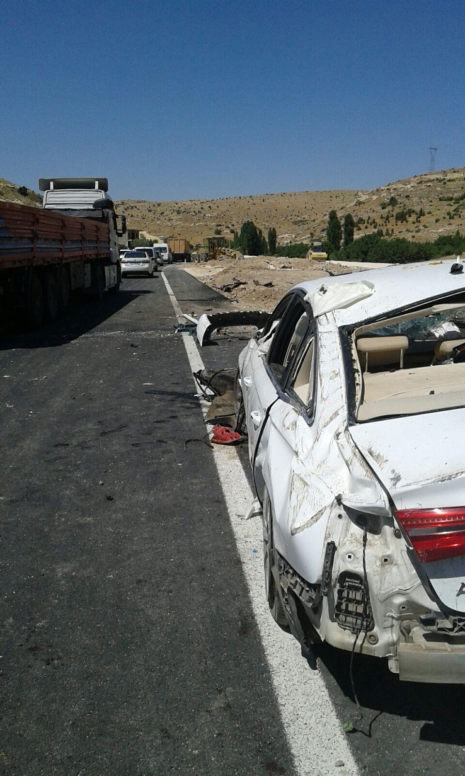 Otomobil iş makinesine çarptı: 2 ölü, 1 yaralı